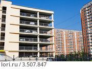 Купить «Фрагмент гаража и жилых зданий», эксклюзивное фото № 3507847, снято 9 мая 2012 г. (c) Родион Власов / Фотобанк Лори
