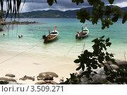 Купить «Две лодки на причале на морском пляже», фото № 3509271, снято 4 июля 2008 г. (c) Владимир Целищев / Фотобанк Лори