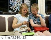 Купить «Девушки с метро с телефоном и планшетом Apple iPad», эксклюзивное фото № 3510423, снято 13 мая 2012 г. (c) Валерия Попова / Фотобанк Лори