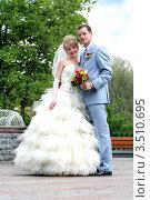 Купить «Жених и невеста в полный рост на прогулке», фото № 3510695, снято 28 апреля 2007 г. (c) Эдуард Стельмах / Фотобанк Лори