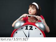 Девушка в красном платье с будильником на темном фоне. Стоковое фото, фотограф Юрий Андреев / Фотобанк Лори