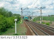 Купить «Железная дорога и приближающийся электропоезд под грозовыми облаками в майский день», фото № 3513023, снято 8 мая 2012 г. (c) Виктория Фрадкина / Фотобанк Лори