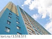 Купить «Стена новостройки с окнами и балконами, устремленная в голубое небо», фото № 3518511, снято 27 апреля 2012 г. (c) Дмитрий Савостин / Фотобанк Лори