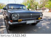 """Купить «""""Волга"""" ГАЗ-24 черного цвета на обочине дороги», фото № 3523343, снято 17 мая 2012 г. (c) Родион Власов / Фотобанк Лори"""