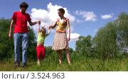 Купить «Девочка прыгает, держась за руки мамы и папы», видеоролик № 3524963, снято 10 июля 2008 г. (c) Losevsky Pavel / Фотобанк Лори