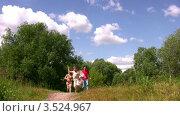 Купить «Семья с маленьким мальчиком запускают змея», видеоролик № 3524967, снято 10 июля 2008 г. (c) Losevsky Pavel / Фотобанк Лори