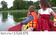 Купить «Веселая женщина с детьми в лодке», видеоролик № 3524975, снято 11 июля 2008 г. (c) Losevsky Pavel / Фотобанк Лори