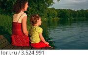 Купить «Мать с дочкой у озера», видеоролик № 3524991, снято 27 февраля 2009 г. (c) Losevsky Pavel / Фотобанк Лори