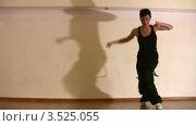 Купить «Танцующая женщина в студии», видеоролик № 3525055, снято 24 июля 2008 г. (c) Losevsky Pavel / Фотобанк Лори