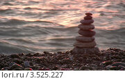 Купить «Пирамида из камней на галечном пляже», видеоролик № 3525227, снято 2 сентября 2008 г. (c) Losevsky Pavel / Фотобанк Лори
