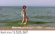 Купить «Женщина в купальнике танцует на пляже», видеоролик № 3525367, снято 2 сентября 2008 г. (c) Losevsky Pavel / Фотобанк Лори