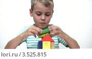 Купить «Мальчик собирает дом из деревянных кубиков», видеоролик № 3525815, снято 20 сентября 2008 г. (c) Losevsky Pavel / Фотобанк Лори