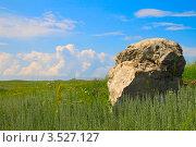 Большой камень на фоне красивых облаков. Стоковое фото, фотограф Петр Карташов / Фотобанк Лори