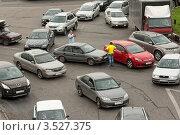 Купить «Мелкое ДТП на дороге с круговым движением», эксклюзивное фото № 3527375, снято 18 мая 2012 г. (c) Сайганов Александр / Фотобанк Лори