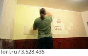 Купить «Штукатур наносит венецианскую штукатурку. таймлапс», видеоролик № 3528435, снято 2 ноября 2011 г. (c) ILLYCH / Фотобанк Лори