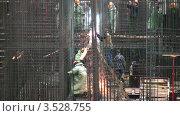 Купить «Рабочие работают на строительной площадке», видеоролик № 3528755, снято 3 октября 2008 г. (c) Losevsky Pavel / Фотобанк Лори