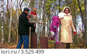 Купить «Дедушка, мама и дети играют в осеннем парке», видеоролик № 3529499, снято 2 ноября 2008 г. (c) Losevsky Pavel / Фотобанк Лори