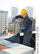 Купить «Рабочий покрывает крышу жилого дома рубероидом», фото № 3529723, снято 11 апреля 2012 г. (c) Дмитрий Калиновский / Фотобанк Лори
