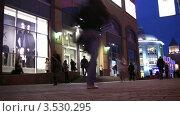 Купить «Вечерняя улица Москвы и витрина магазина», видеоролик № 3530295, снято 22 ноября 2008 г. (c) Losevsky Pavel / Фотобанк Лори