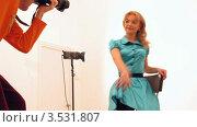 Купить «Таймлапс. Фотограф делает снимки модели», видеоролик № 3531807, снято 20 января 2009 г. (c) Losevsky Pavel / Фотобанк Лори