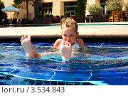 Маленькая девочка купается в бассейне. Стоковое фото, фотограф Емельянова Карина / Фотобанк Лори