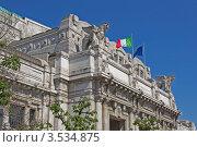Флаги и скульптуры на фасаде Центрального ж/д вокзала Милана (Milano Centrale). Италия, фото № 3534875, снято 4 мая 2012 г. (c) GrayFox / Фотобанк Лори