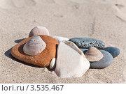 Гальки и ракушки на песке. Стоковое фото, фотограф юлия заблоцкая / Фотобанк Лори