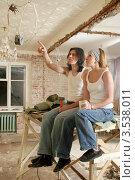 Купить «Молодая пара делает ремонт в своей квартире», фото № 3538011, снято 4 декабря 2011 г. (c) Юлия Кузнецова / Фотобанк Лори