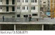 Купить «Рабочие застилают крышу, таймлапс», видеоролик № 3538871, снято 10 апреля 2009 г. (c) Losevsky Pavel / Фотобанк Лори