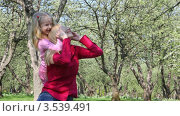 Купить «Мама с дочкой играют в летнем парке», видеоролик № 3539491, снято 26 мая 2009 г. (c) Losevsky Pavel / Фотобанк Лори