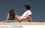 Купить «Мужчина и женщина смотрят друг на друга», видеоролик № 3539963, снято 4 августа 2009 г. (c) Losevsky Pavel / Фотобанк Лори