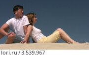 Купить «Мужчина и женщина смотрят в одну сторону», видеоролик № 3539967, снято 4 августа 2009 г. (c) Losevsky Pavel / Фотобанк Лори