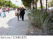 Купить «Центральная улица имени Habiba, Bourguiba с колючей проволокой в городе Тунис», фото № 3540831, снято 5 мая 2012 г. (c) Кекяляйнен Андрей / Фотобанк Лори