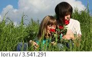 Купить «Молодая пара с букетом роз», видеоролик № 3541291, снято 9 августа 2009 г. (c) Losevsky Pavel / Фотобанк Лори