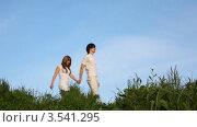 Молодая пара гуляет по парку. Стоковое видео, видеограф Losevsky Pavel / Фотобанк Лори