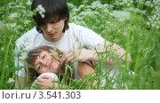 Молодые люди в траве. Стоковое видео, видеограф Losevsky Pavel / Фотобанк Лори