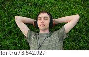 Купить «Юноша слушает музыку лежа на траве», видеоролик № 3542927, снято 7 октября 2009 г. (c) Losevsky Pavel / Фотобанк Лори