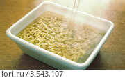 Купить «В лапшу быстрого приготовления наливают кипяток», видеоролик № 3543107, снято 17 октября 2009 г. (c) Losevsky Pavel / Фотобанк Лори