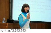 Купить «Молодая женщина крупным планом с микрофоном в руках выступает на конференции», видеоролик № 3543743, снято 27 ноября 2009 г. (c) Losevsky Pavel / Фотобанк Лори