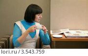 Купить «Молодая женщина сидит в кресле и пьет чай», видеоролик № 3543759, снято 21 октября 2009 г. (c) Losevsky Pavel / Фотобанк Лори
