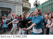 Москва. Благотворительный танцевальный флешмоб на Арбате (2012 год). Редакционное фото, фотограф Ирина Фирсова / Фотобанк Лори
