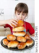 Купить «Девочка укладывает пирожки в пирамиду», фото № 3544791, снято 24 мая 2012 г. (c) Ольга Денисова / Фотобанк Лори