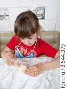 Купить «Маленькая девочка делает пирожок с начинкой», фото № 3544979, снято 24 мая 2012 г. (c) Ольга Денисова / Фотобанк Лори