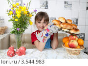 Купить «Счастливая девочка держит поднос с печеными пирожками», фото № 3544983, снято 24 мая 2012 г. (c) Ольга Денисова / Фотобанк Лори