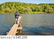 Купить «Мужчина поймал на удочку рыбу в реке», эксклюзивное фото № 3545295, снято 24 мая 2012 г. (c) Игорь Низов / Фотобанк Лори