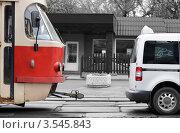 Трамвай и автомобиль на улице (2012 год). Редакционное фото, фотограф Денис Омельченко / Фотобанк Лори
