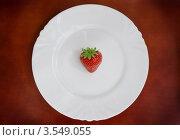 Одна ягодка клубники на белой тарелке. Стоковое фото, фотограф Денис Омельченко / Фотобанк Лори