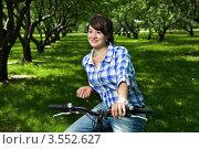 Купить «Молодая девушка на велосипеде», фото № 3552627, снято 20 мая 2012 г. (c) Владимир Целищев / Фотобанк Лори