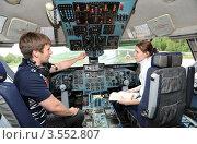 Студенты МГТУ ГА на практических занятиях в кабине самолета (2012 год). Редакционное фото, фотограф Юрий Пирогов / Фотобанк Лори