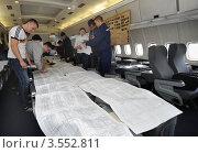 Студенты МГТУ ГА на практических занятиях в салоне самолета (2012 год). Редакционное фото, фотограф Юрий Пирогов / Фотобанк Лори